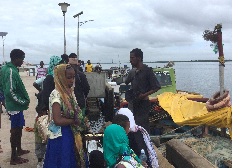 Des voyageurs se rassemblent, bloqués à la jetée de Lamu, à la suite d'une attaque des Shebab, le 5 janvier 2020.