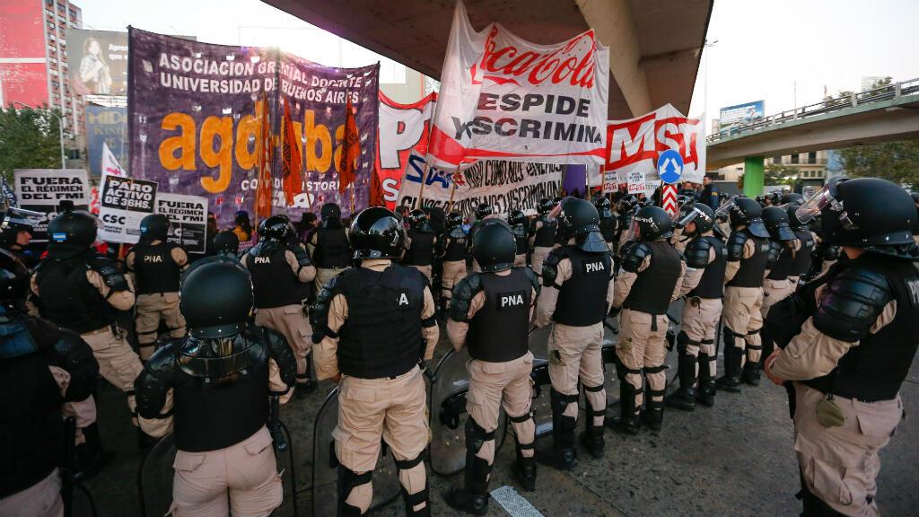 Manifestantes intentan cortar este miércoles los accesos a la ciudad de Buenos Aires, Argentina durante una jornada de huelga general convocada para este miércoles 29 de mayo.