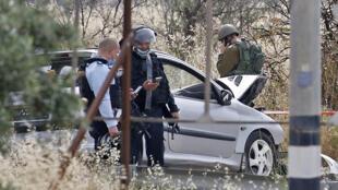 عناصر من الأمن الإسرائيلي في موقع محاولة الدهس قرب مدينة الخليل في 14 أيار/مايو 2020