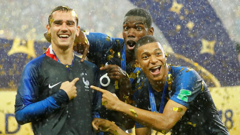 Jugadores determinantes para el títuo francés. Antoine Griezmann, Paul Pogba y Kylian Mbappé celebran el campeonato obtenido por su selección