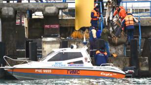 Les équipes de recherche ont retrouvé des morceaux de l'appareil par 27 mètres de fond, lundi 26 décembre..