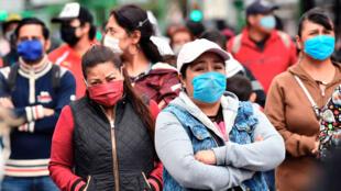 Fotografía del 11 de junio de 2020 de empleados informales durante una protesta en Ciudad de México, México. La pérdida de más de un millón de empleos formales por la pandemia y la tasa de desocupación de 4,7 % causan debate en México, con expertos que advierten que la crisis es más aguda y la recuperación más lenta.