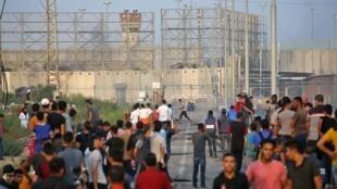 متظاهرون فلسطينيون عند معبر بيت حانون (إيريز) بين إسرائيل وقطاع غزة 3 أكتوبر/تشرين الأول 2018