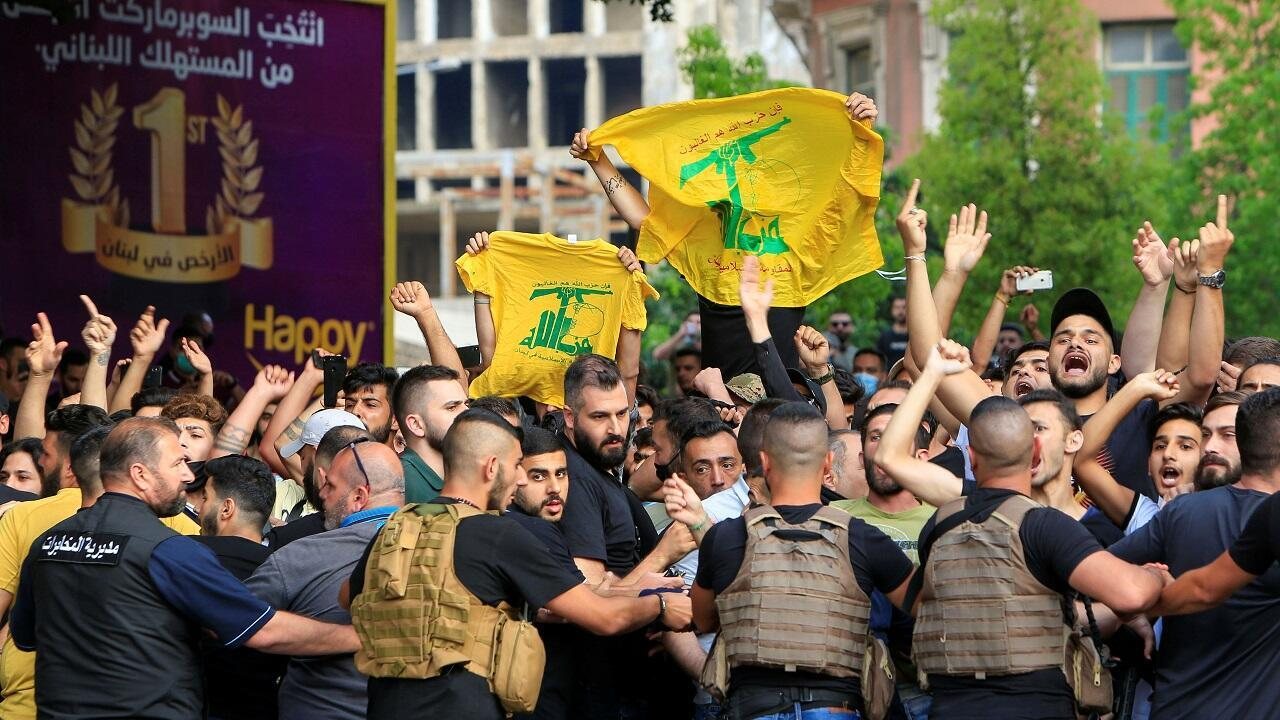 الجيش اللبناني يحاول منع أنصار حزب الله وحركة أمل من الاشتباك مع المتظاهرين المناهضين للحكومة. بيروت 6 يونيو/حزيران 2020.