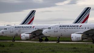Aviones de la compañía Air France permanecen estacionados en las pistas del aeropuerto de Roissy-Charles de Gaulle, el 30 de abril de 2020 cerca de París