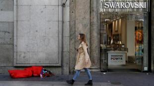 """Imagen de una persona en situación de """"extrema vulnerabilidad"""" en las calles del centro de Madrid, España, el 16 de octubre de 2019. La Cruz Roja atiende cada año en la Comunidad de Madrid a más de 21.000 personas en esta situación, lo que a su juicio constata que """"la recuperación económica no alcanza a los sectores más vulnerables""""."""