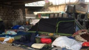 مخيم صغير للمهاجرين بجانب مركز لاستقبال المهاجرين في باريس