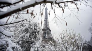 Même la Tour Eiffel est fermée en raison des importantes chutes de neige