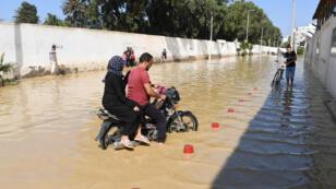 Un motocycliste pris dans les inondations à Nabeul, le 2 septembre 2018.