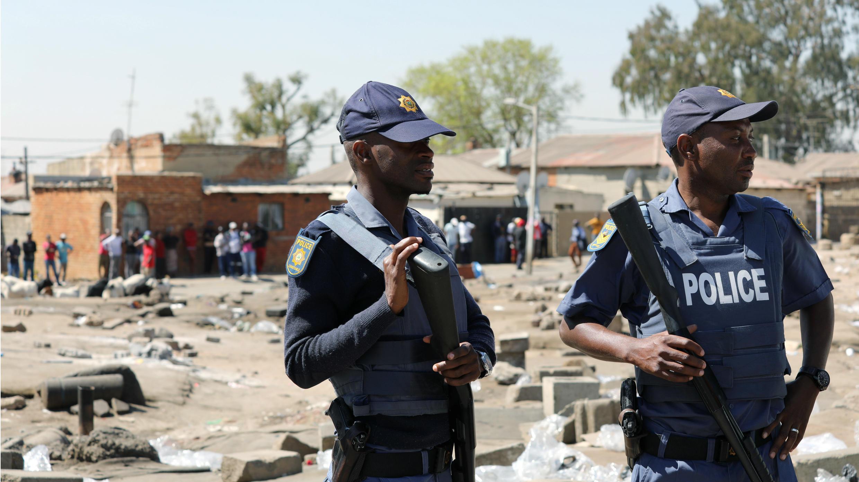 Unos policías patrullan, tras los disturbios y saqueos de la noche anterior, en el municipio de Alexandra, Johannesburgo, Sudáfrica, el 3 de septiembre de 2019.