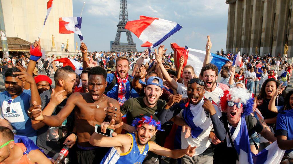 Cientos de franceses celebraron el triunfo de su selección en la Copa del Mundo en las calles de París el 15 de julio de 2018.