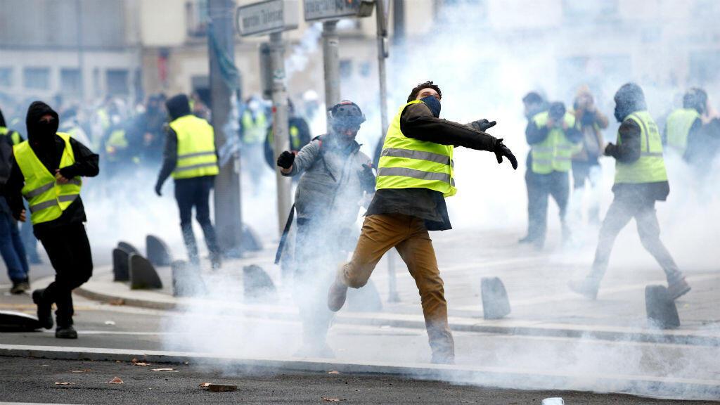 Manifestantes vistiendo chalecos amarillos se enfrentan a la policía durante una manifestación del movimiento 'chalecos amarillos' en Nantes, Francia, el 22 de diciembre de 2018.