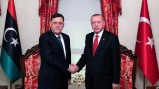 الرئيس التركي رجب الطيب أردوغان ورئيس حكومة الوفاق الليبية فايز السراج