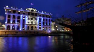 مبنى وزارة الخارجية في مقدونيا الشمالية مضاء بالأزرق بعد انضمامها لحلف الناتو