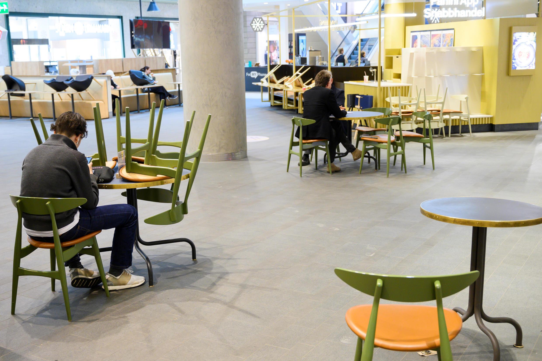 Asistentes a un centro comercial respetan el distanciamiento social en Estocolmo, Suecia, el 13 de mayo de 2020.