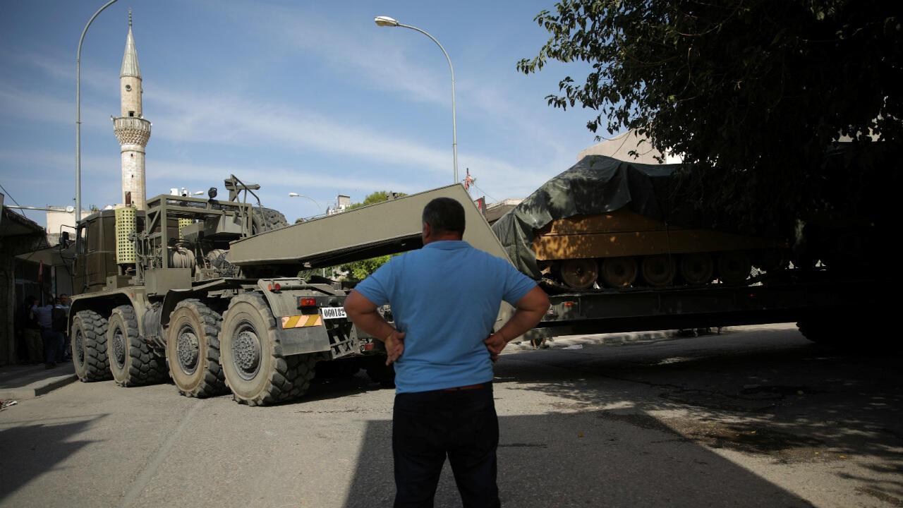L'équipement militaire turc transite à la frontière turco-syrienne, à Akçakale, le 14 octobre 2019.