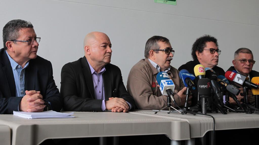 Desde la izquierda, los exlíderes de las FARC Pablo Catatumbo, Carlos Lozada, Rodrigo Londoño Echeverri, Arturo Alape y Rodrigo Granda mientras asisten a la presentación de una versión escrita sobre los secuestros cometidos por la exguerrilla.
