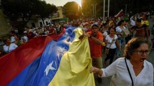 Por un lado, el presidente Maduro, heredero de Chávez, que cuenta con el apoyo de Irán, Cuba, Rusia y Turquía. Por otro, Juan Guaidó, un joven autoproclamado presidente respaldado por Donald Trump y la mayoría de los países de la UE...