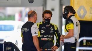 El piloto español de Renault, Fernando Alonso, conversa con ingenieros de su equipo durante los tests realizados en el circuito de Baréin, el 4 de noviembre de 2020