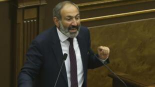 El líder de la oposición armenia, Nikol Pashinián, se dirige a los legisladores durante una sesión parlamentaria para elegir un primer ministro interino en Ereván.