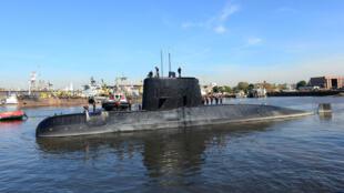 El submarino militar argentino ARA San Juan y la tripulación se ven saliendo del puerto de Buenos Aires, Argentina, el 2 de junio de 2014.
