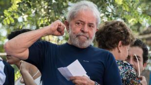 L'ex-président brésilien, Luiz Inacio Lula da Silva, le 7 avril 2018, devant le siège du syndicat métallurgique de Sao Bernardo do Campo.