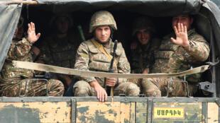 """عناصر من """"جيش الدفاع عن قره باغ"""" في طريقهم إلى بلدة مرتاكيرت خلال معارك مع القوات الأذربيجانية حول ناغورني قره باغ، في 29 أيلول/سبتمبر 2020"""