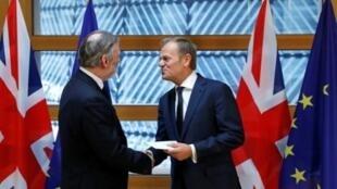 رئيس المجلس الأوروبي دونالد توسك إلى جانب ممثل بريطانيا السابق في الاتحاد الأوروبي. 2017/03/29.
