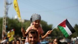 فلسطينيون يتجمعون عند معبر بيت حانون في شمال قطاع غزة في انتظار الترحيب برئيس الوزراء الفلسطيني رامي الحمد الله وصحبه 2 تشرين الأول/أكتوبر 2017