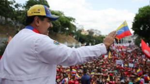 El presidente de Venezuela, Nicolás Maduro, saluda durante un mitin con simpatizantes en Caracas, Venezuela, el 23 de marzo de 2019.