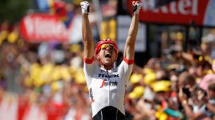 El alemán John Degenkolb, del equipo Trek-Segafredo, celebra tras ganar la novena etapa del Tour de Francia, el 15 de julio de 2018.