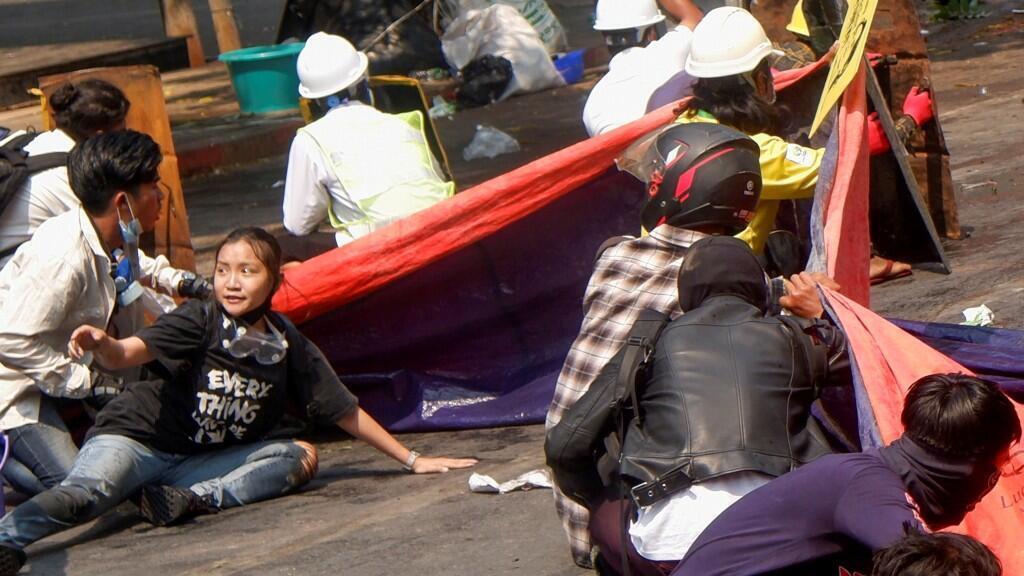 La estudiante Kyal Sin, de camiseta negra, murió en la jornada del miércoles en las protestas de Mandalay, en medio de la intervención de las autoridades que ha dejado al menos 54 muertos en total. 3 de marzo de 2021.