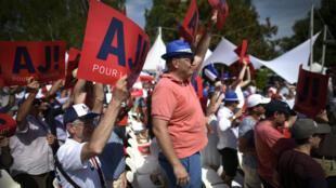 Des partisans du candidat à la primaire de la droite, Alain Juppé, lors de son premier meeting à Chatou, le 27 août 2016.