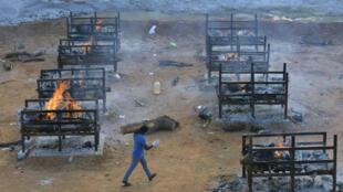 مركز لإحراق جثث ضحايا كوفيد-19 في ضواحي بانغالور في الهند في الأول من أيار/مايو 2021