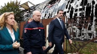 La ministre de la Justice Nicole Belloubet et le ministre de l'Intérieur Christophe Castaner, accompagnés d'un pompier, le 5 novembre 2019, à Chanteloup-les-Vignes.