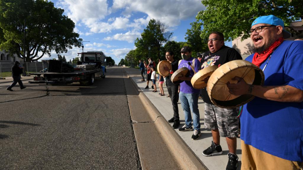 Activistas nativos americanos lideraron el derribo de la estatua de Colón en St. Paul (Minnesota), Estados Unidos.