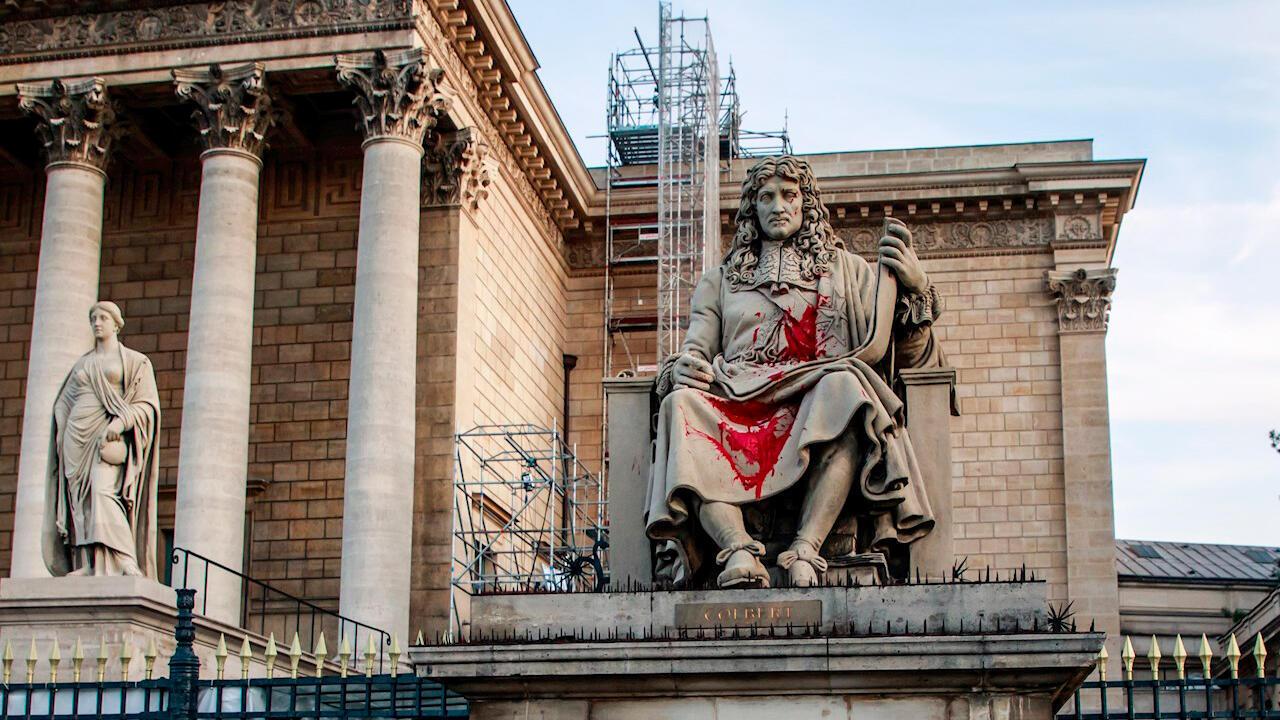 Una estatua que representa al estadista francés Jean-Baptiste Colbert frente a la Asamblea Nacional Francesa fue pintada con pintura roja en París, Francia, el 23 de junio de 2020. Los manifestantes salpicaron pintura sobre la estatua como parte del movimiento global de manifestaciones antirracistas dirigidas a monumentos que rinden homenaje a figuras vinculadas a la esclavitud o al colonialismo.