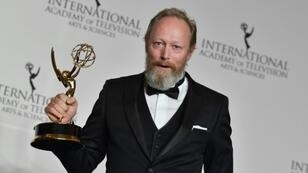 L'acteur danois Lars Mikkelsen reçoit un International Emmy Award, le 19 novembre 2018 à New York