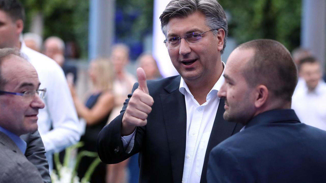 رئيس الوزراء الكرواتي أندريه بلينكوفيتش رافعا إبهامه مع صدور أولى نتائج الانتخابات التشريعية في زغرب في 5 يوليو/تموز 2020.
