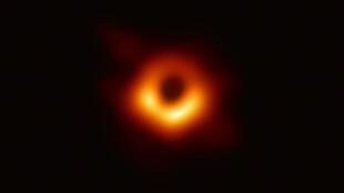 El agujero negro de la galaxia M87 se observa a 53,3 millones de años luz de la tierra.