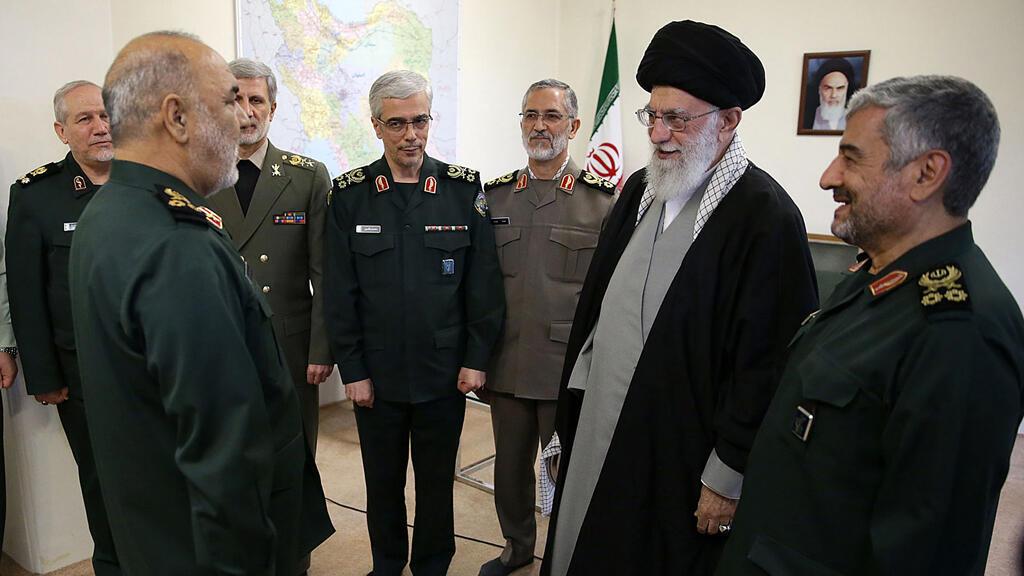 El Ayatolá Ali Jomeini, el 22 de abril de 2019, muestra a Jomeini condecorando al recién nombrado mayor general Hossein Salami como jefe del Cuerpo de Guardias Revolucionarios durante una ceremonia oficial en Teherán.