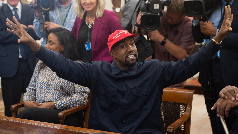 En esta foto de archivo, Kanye West se reúne con el presidente de los Estados Unidos, Donald Trump, en la Oficina Oval de la Casa Blanca en Washington, DC, el 11 de octubre de 2018.
