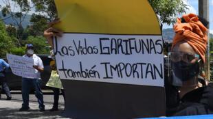 Una integrante de la etnia garífuna participa en una protesta frente a la sede del poder judicial en Tegucigalpa por la desaparición de cuatro dirigentes de su comunidad