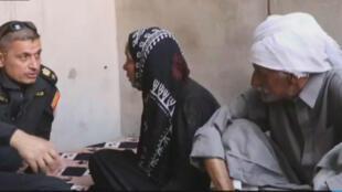 Le Lieutenant-colonel Salam Hussein interroge des habitants du quartier de Tanak.