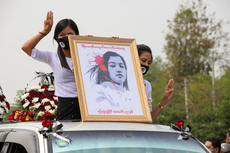 Mujeres sostienen un retrato de Mya Thwate Thwate Khaing, una joven manifestante que se convirtió en la primera muerta entre los manifestantes antigolpistas después de recibir un disparo en la cabeza cuando la policía intentó dispersar a la multitud durante una protesta. Naipyidó, Myanmar, 21de febrero de 2021.