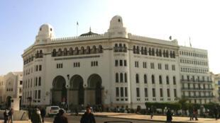 La Grande Poste d'Alger et ses arcades néo-mauresques.