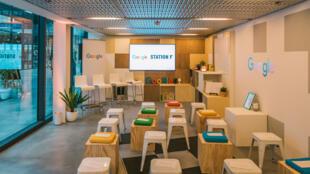 La salle de formation de Google, qui accueillera des workshops tous les jours à Station F.