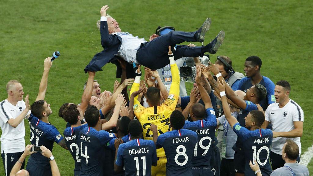 Tras la emoción del triunfo, los miembros del equipo francés alzaron a su técnico el 15 de julio de 2018.