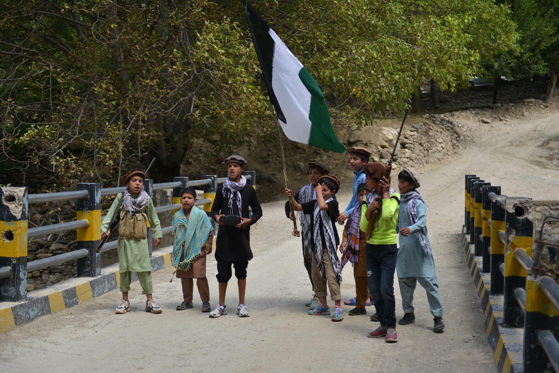 Enfants locaux dans le district de Tara du Banjshir montagneux, un bastion de la résistance à l'invasion soviétique et plus tard contre les talibans