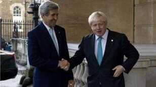 Le secrétaire d'État américain John Kerry a rencontré son homologue britannique Boris Johnson à Londres pour discuter d'une solution au conflit en Syrie, le 16 cotobre 2016.